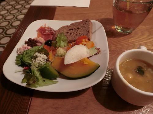 野菜を中心にパンとチーズ+ミネストローネ