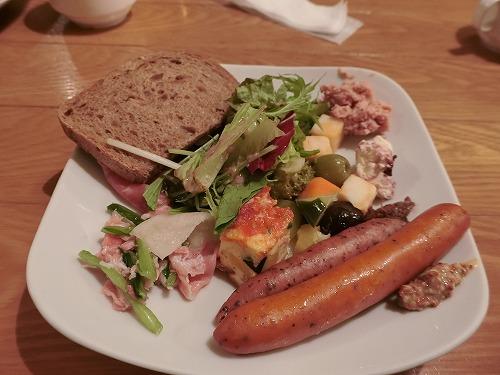 自家製ソーセージ、自家製パン、野菜