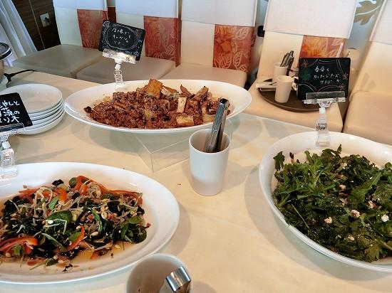冷野菜(厚揚げとキャベツのソテー、ナムルと海藻のマリネ、春菊とカッテージチーズのサラダ)