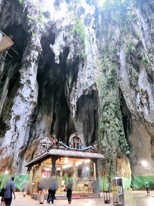 寺院本殿と洞窟