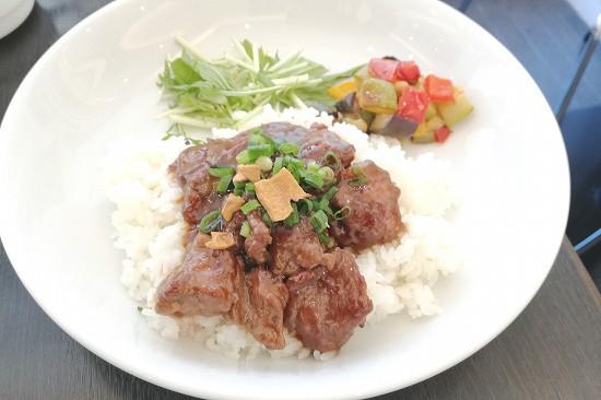 牛ハラミ肉と彩り野菜丼