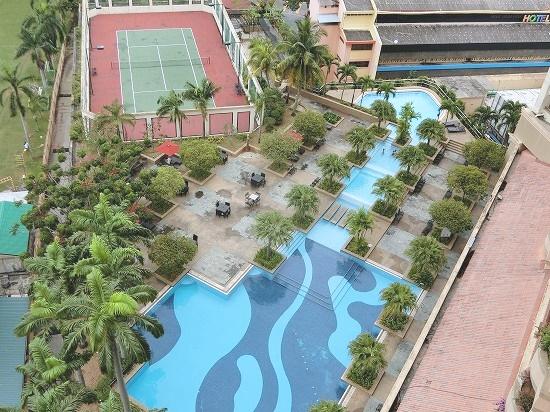 プールとテニスコート