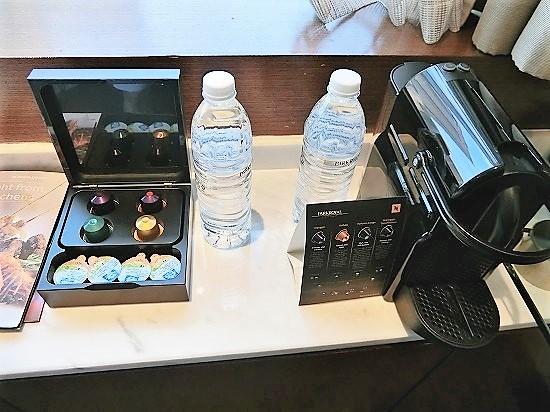 ミネラルウォーターとネスカフェコーヒーマシン