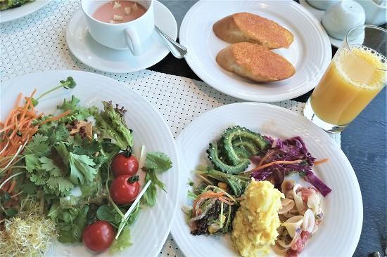 前菜とサラダとチーズトースト