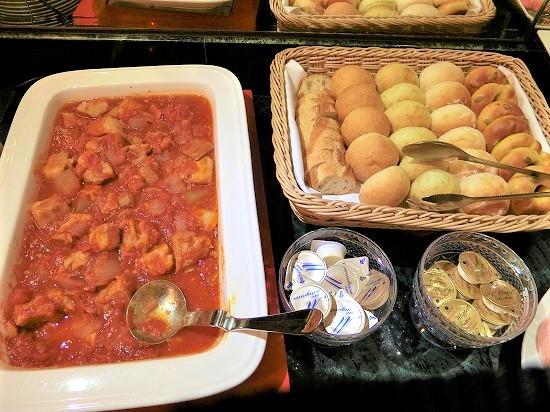 チキンのトマト煮込みとパン
