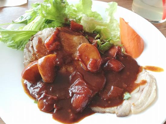 ハーブ三元豚のローストフレッシュトマトとかぶの入ったデミグラスソース