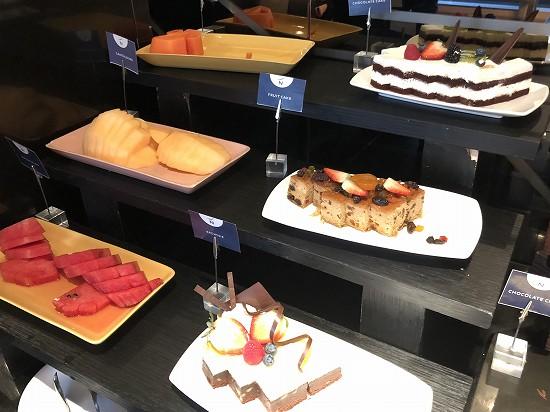 ノボテル バンコク プルンチット スクンビット カクテルタイムケーキとフルーツ
