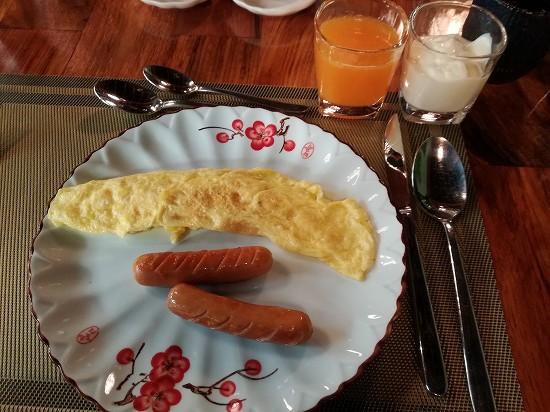 ラオ ポエットホテル 朝食 オムレツとソーセージ