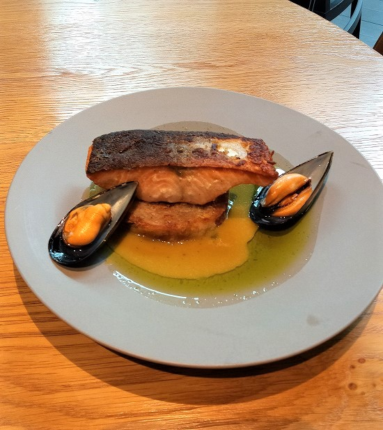 アーティザンテーブル ランチ 秋鮭のポワレサフランムールソース