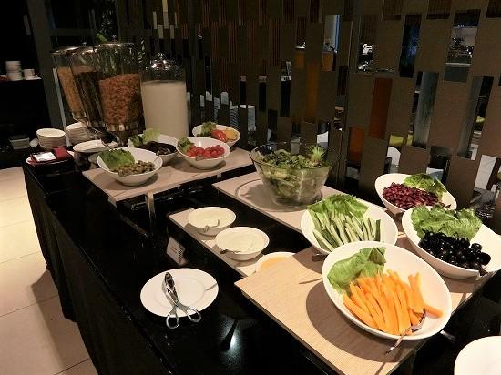 ザ ヘブン リゾート ホテル イポー オール スイーツ 朝食 サラダ