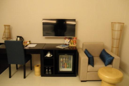 客室のテレビとデスク