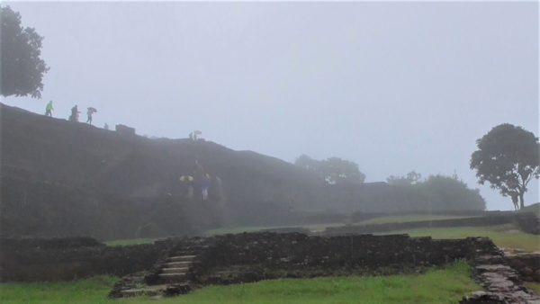 霧がかったシギリアロック頂上