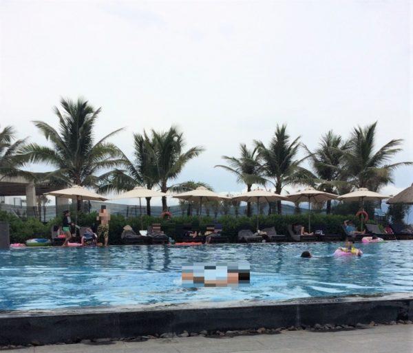 プールで泳ぐ人たち