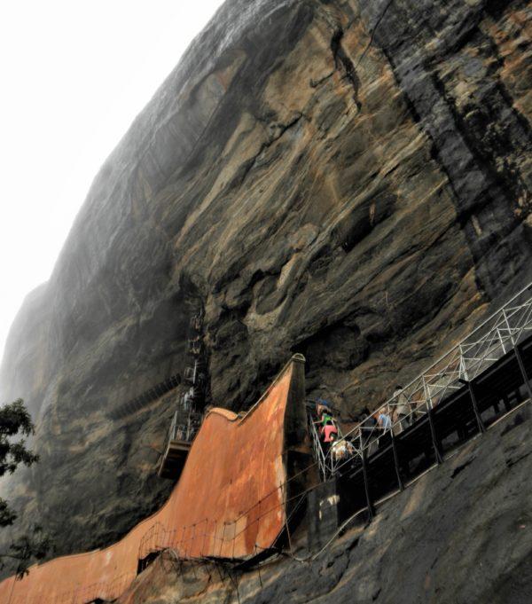 岩肌に作られた登山道