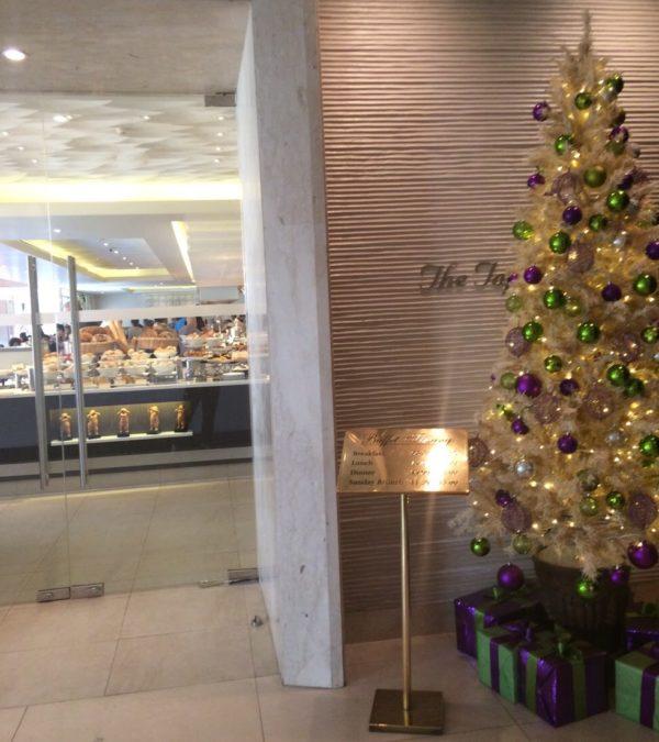 朝食レストラン会場入り口のクリスマスツリー