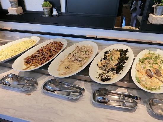 冷菜(シーフードマリネ・冷製豚肉のコチジャン風味・ごま香る揚げ豆腐とじゃこのサラダ・わかさぎと彩野菜のレモン風味マリネ・チキンとじゃがいものジュリエンヌサラダ)