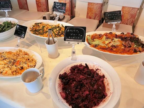 冷野菜(インゲンとコーンのソテーデュカスパイス、トマトのスクランブルエッグ、白菜のローストカポナータ、赤キャベツとプルーンのコンポート)