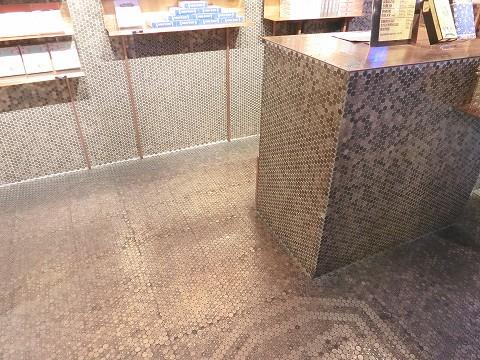 硬貨でできたテーブルと壁