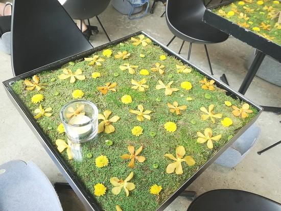 草花でデコレートされたテーブル