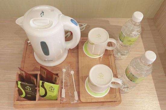 ペットボトルの水とコーヒー紅茶