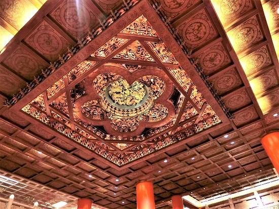 ロビーの天井に彫られた龍