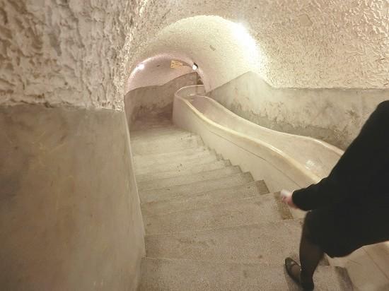 秘密のトンネルの階段と滑り台