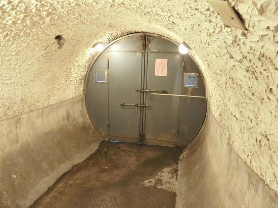 秘密のトンネル行き止まりの扉
