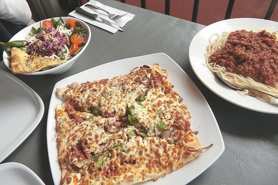 ピザ、ボロネーゼ、サラダ