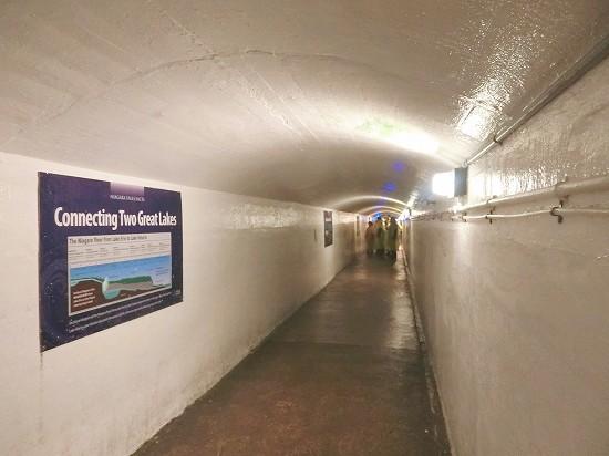 カナダ滝の裏のトンネル