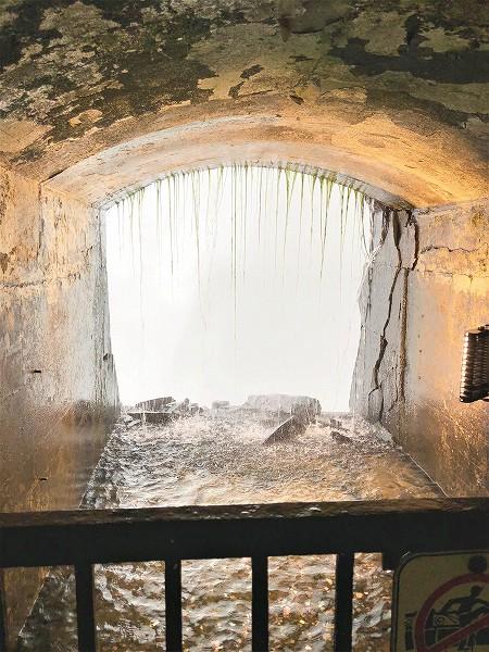 滝の真裏の覗き穴