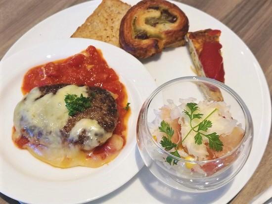 ハンバーグステーキ、生ハムとチーズのライスサラダ、スパニッシュオムレツ