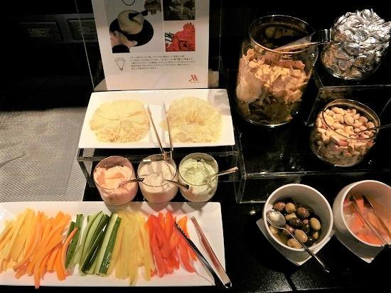 野菜スティック、ナッツやオリーブ