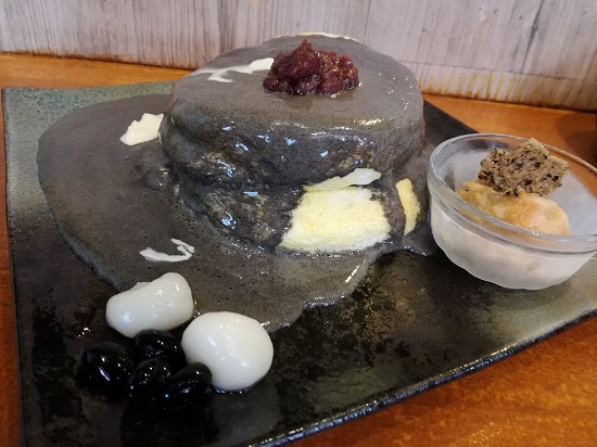 黒ごまエスプーマのパンケーキ