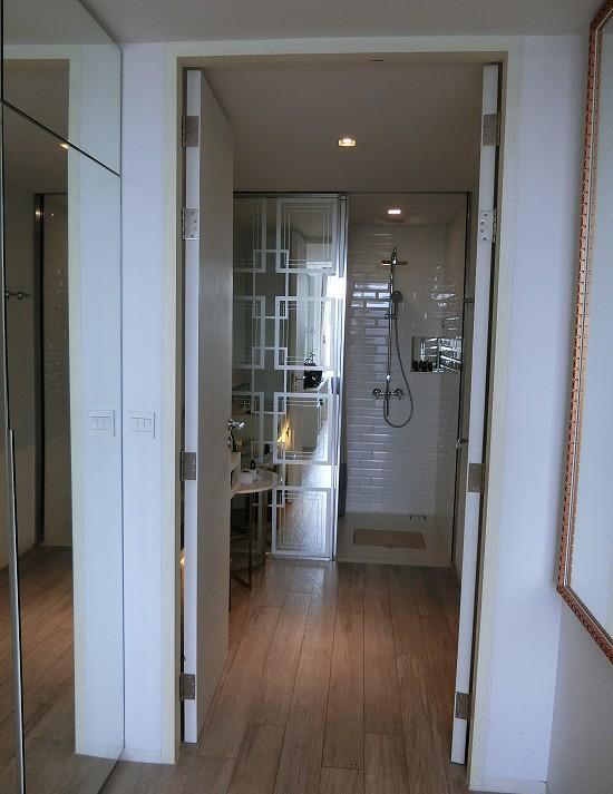 リヴァ アルン バンコク 洗面台とシャワールーム