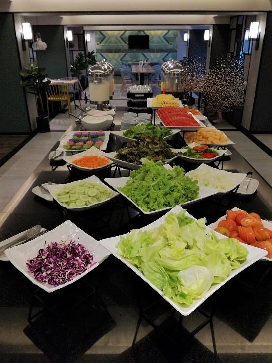 ザ クォーター ラープラオ バイ UHG 朝食サラダ