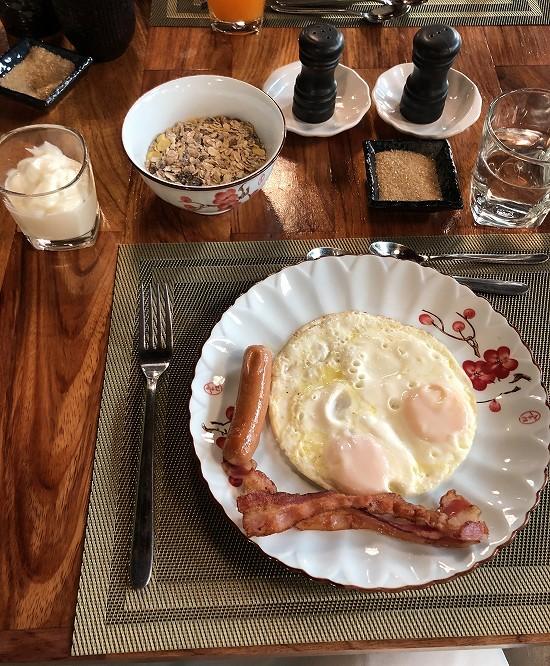 ラオ ポエットホテル 朝食 目玉焼きとミューズリー