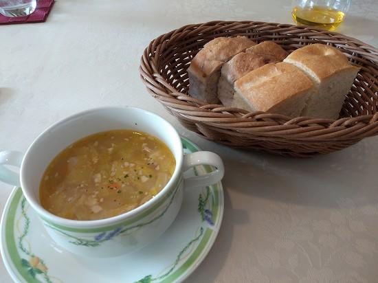 サント・ウベルトス スープとパン