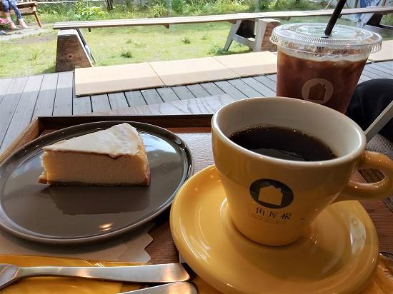 チーズケーキとドリンク 三角屋根 パンとコーヒー