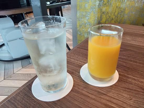 デトックスウォーターとオレンジジュース_ペントハウス豊洲
